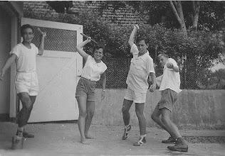 Photo: oefenen voor het speerwerpen, Theo, Loeki, Jan en Frits