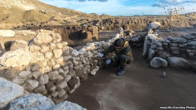 Археологи исследуют древнее поселение у будущего железнодорожного подхода к Керченскому мосту, ноябрь 2017 года