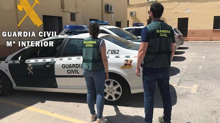 Imagen de archivo de dos agentes de la Guardia Civil en una detención.