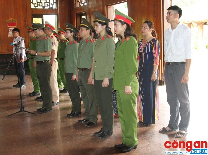 Thay mặt Đoàn đại biểu, Đại úy Nguyễn Trọng Công, Chủ tịch Công đoàn Công an tỉnh báo công lên anh linh Chủ tịch Hồ Chí Minh