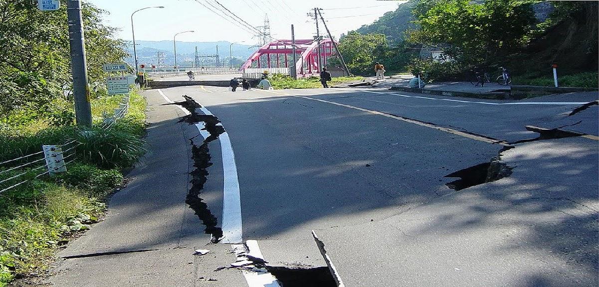 carretera dañada tras terremoto de Chuestsu 2004.