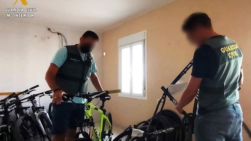 La Guardia Civil recupera seis bicicletas completas y 107 piezas.