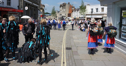 Photo: STREETS FULL OF DANCERS