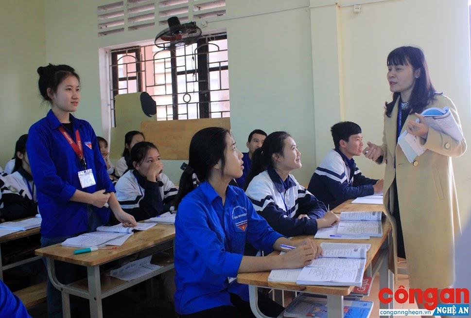 Giờ học của cô và trò Trường Trung học phổ thông Nghi Lộc 4