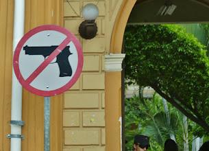 Photo: Santa Ana: Unmissverständliches Verbotsschild am Rathaus. El Salvador ist Weltspitzenreiter in der Mordrate, gefolgt von Honduras. Zum Glück sind wir in beiden Ländern aber nur friedlichen Menschen begegnet.