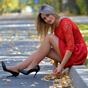 A smile for autumn... by Doru Sava - People Street & Candids ( candid, autumn, girl, park )