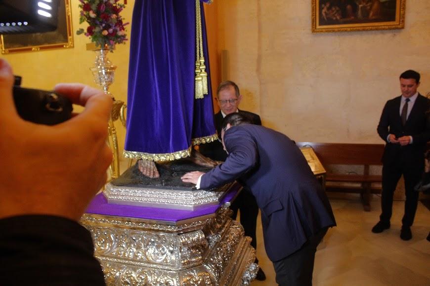 El diputado Provincial, Fernando Giménez, besando los pies del Señor Cautivo.