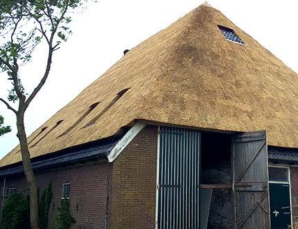 Elegancka stodoła z dużymi drzwiami i dachem ze strzechy