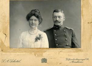 Photo: Herman Gijsbert Keppel Hesselink (1876-1943) en Maria Johanna Steenhoff (1882-1972). Zij trouwden op 12-4-1906 in Velp en de foto moet welhaast bij die gelegenheid zjn genomen. Hij maakte een mooie carrière en ging in 1934 als generaal-majoor met pensioen. Ouders van twee dochters.