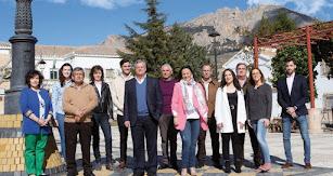 El candidato del PP, con los miembros de su lista.