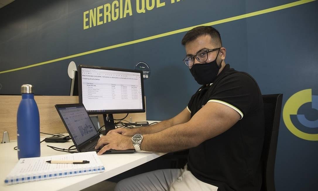William Costa Lima trabalha na Ocyan: TI passou a fazer parte do seu dia a dia Foto: Maria Isabel Oliveira / Agência O Globo