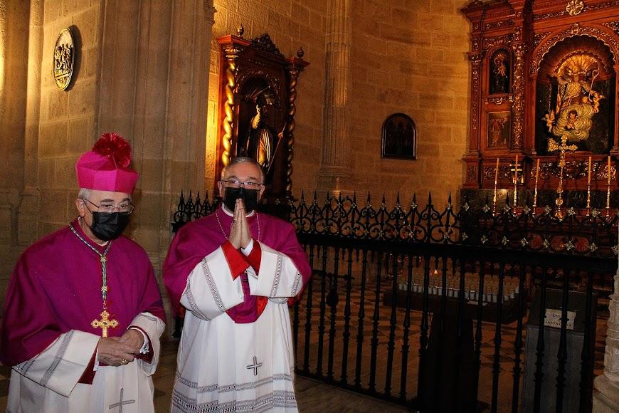 El obispo de Almería y el obispo coadjutor ante la capilla de San Indalecio, Patrón de la Diócesis.