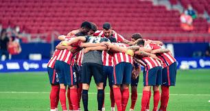 Los jugadores del Atlético de Madrid, antes del partido contra la Real Sociedad.