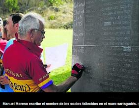 Photo: Manuel Moreno escribe en el Muro de los Nombres de los Brigadistas del Clarion caidos en defensa de la República. Foto Diario de Noticias. http://www.noticiasdenavarra.com/2013/10/21/vecinos/ribera-alta/la-reparacion-de-la-memoria-cruza-fronteras