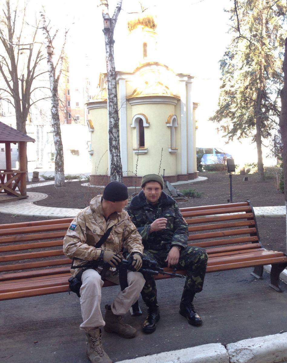 Война на Донбассе. Часовня во дворе Донецкого СБУ