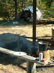 Die Feuerstelle an unserer Feldküche - die Kocheimer sind gut zu erkennen, von außen gänzlich verrußt.