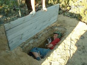 Andrej erlaubte sich den Scherz und legte sich in die neue Grube, bevor der Verschlag darüber gestellt wurde.