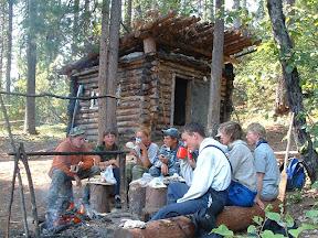Mittagspause vor der Blockhütte.