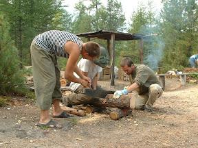 Jegor, Helmut und Oliver machen Feuerholz.