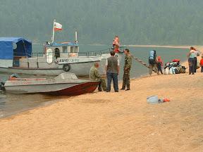 Der Kutter, mit dem Oleg und seine Tochter Oksana wieder abreisten. Im Vordergrung das Motorboot der Rangerstation. Auf dem Boot sitzend Wolodja, der Ranger, neben ihm mit dem Rücken zur Kamera der Parkwächter und rechts daneben der Guide (Wanderführer) einer Gruppe Tagesbesucher.
