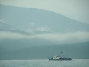 Aus der feuchten Taiga stiegen Nebelschwaden auf. Der Bootverkehr zwischen Chakusy und Nishneangarsk war ein weiteres Zeichen von Zivilisation.