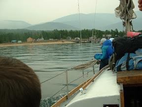 Ein Hauch von Zivilisation schlug uns entgegen: einige Häuser am Ufer, ein solider Bootsanleger und Menschen.