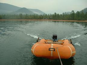 Mit dem Schlauchboot im Schlepp und mit Motorkraft verlässt unsere Jacht die Ajaja-Bucht.