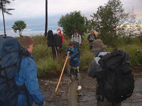 Die Überquerung des angeschwollenen Flüsschens über den glitschigen Stamm war mit dem vollen Marschgepäck nicht ganz ungefährlich.