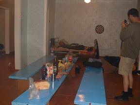 Die wenigen Betten wurden belegt. Der Rest der Truppe breitete seine Isomatten aus und wir trugen das Abendbrot auf ein paar Bänken auf.