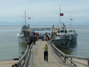 Die Szenerie wiederholt sich. Immer wieder machten Boote am Anleger von Chakusy fest - manchmal bis zu drei Boote gleichzeitig - aber keiner wollte uns mitnehmen.