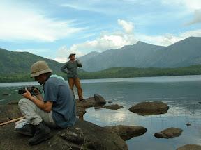Hier ließen wir wir uns auf ein paar Geröllbrocken am Ufer nieder, genossen den Ausblick und fotografierten.