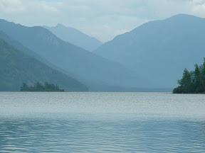 Beim Blick über den See konnte man die beiden Inselchen im See gut erkennen. Eine davon trägt den Namen Nishni.
