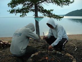 Matthias und Johannes brachten das Feuer in Gang und wie konnte es anders sein, wenn Ljuba mit von der Partie war: es wurden Spiele gespielt.