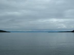 Uns blieb an diesem Tag nur der Blick hinaus auf die verlassene Ajaja-Bucht bei verhangenem Himmel. Unser Blick haftete an der 4,6 km entfernten Landzunge um ein Boot zu entdecken, welches zum Vorschein käme und Kurs aufs Ufer nehmen würde.