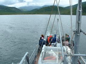Das Boot lief aus und verließ die Ajaja-Bucht. Dies war nun der entgültige Abschied. Alle hatten sich am Achterschiff versammelt und schauten zurück.