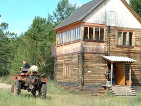 Das einzige Fahrzeug in Chakusy: Ein Trekker-artiges Fahrzeug, ein sogenannter Geräteträger.