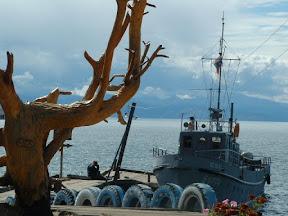 Der Kutter lag am Anleger und wartete. Die Luft war heute frisch und klar, sodass man die andere Seite des Sees sehen konnte, den Gipfelzug des Baikalskij Chrebet.