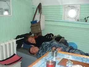 Tanja und Andrej unter Deck: satt, kuschelig warm und müde.