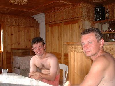 Oliver und Ich im Relax-Raum der Sauna - Bald kommt der Vertreter für Baikal-Duftöle.