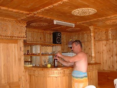 Nach dem letzten Saunagang gönne ich mir ein Bier.