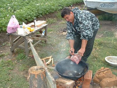 Kasim bereitet den Plow traditionell usbekisch auf offenem Feuer zu.
