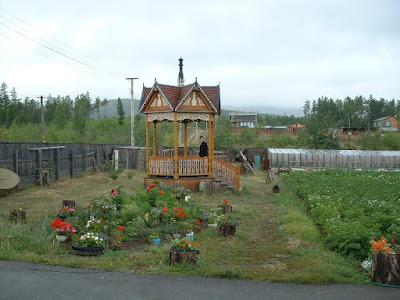 Blick in Saschas Garten - In dem hübschen Pavillon steht Matze.