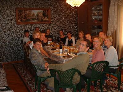 Abschlussfeier in Saschas plüschig-gemütlichen Wohnzimmer. Leider musste ich die Feier vorzeitig verlassen, um mit Mariasow wegen der Kometa-Tickets nach Nishneangarsk zu fahren.