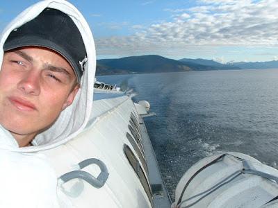 Matzes Blick schweift in die Ferne. Hinter ihm bleibt Sewerobaikalsk zurück und rechts im Bild entschwindet Nishneangarsk.