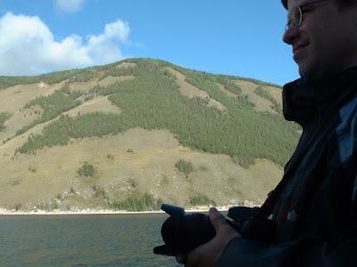 Oliver auf der Raucherplattform (Oder Fotografenlounge?). Nach 150 km weicht die Taiga schon dem Steppenland.