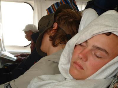 Genug vom Gucken - Matze und Johannes halten Mittagsschläfchen.
