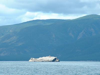 Eine von mehreren kleinen bizarren Fels-Eilanden, die der Westküste vorgelagert waren.