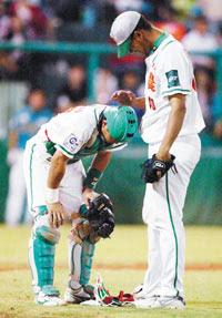 [Funny]棒球場上的大球撞小球事件