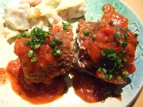 秋刀魚のシソとブルーチーズ巻き、トマトソースがけ