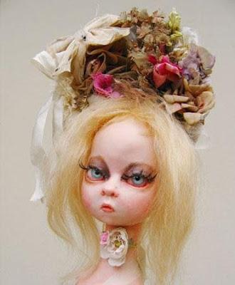 奇妙だがどこか可愛らしい人形の写真